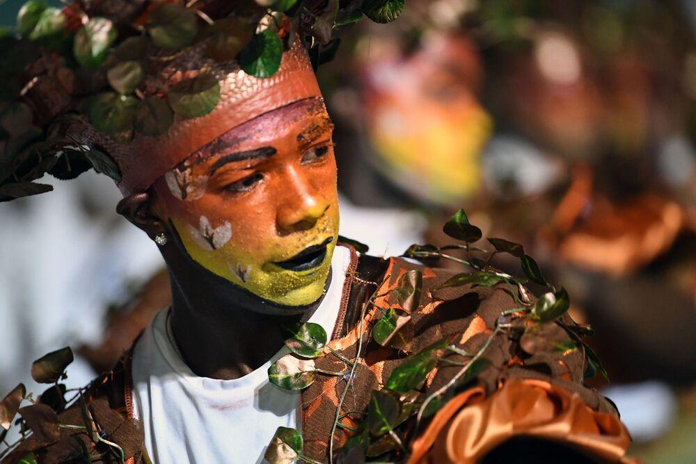 Jovem fantasiado de árvore em pleno desfile do grupo Comparsa