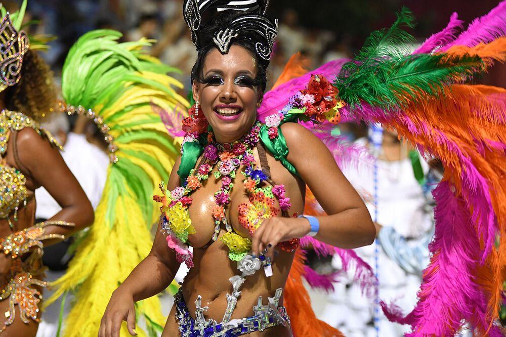 Com sorriso no rosto, uruguaia se apresenta nas ruas de Montevidéu