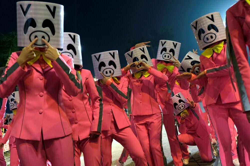Atores usam máscaras durante desfile da noite do Ano Novo Chinês em Hong Kong, China, em 5 de fevereiro de 2019