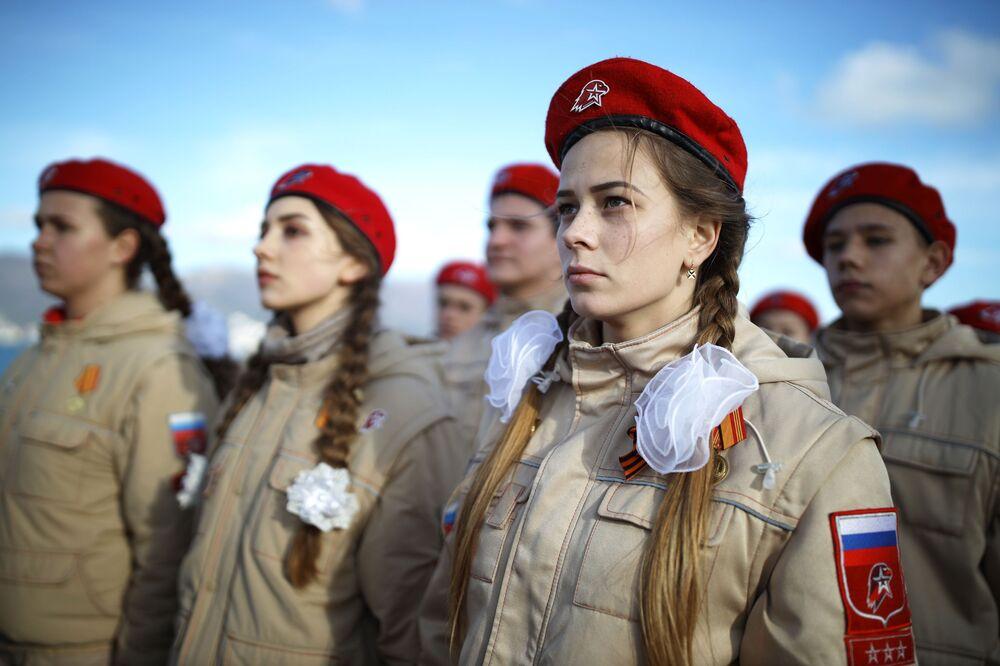 Jovens soldadas durante campanha patriótica na região de Novossibirsk, Rússia