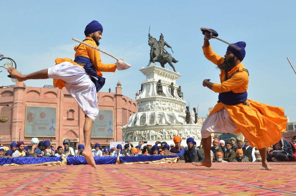 Competidores lutam Gatka, arte marcial dos Sikhs, durante competição na cidade de Amritsar, Índia, em 2 de fevereiro de 2019