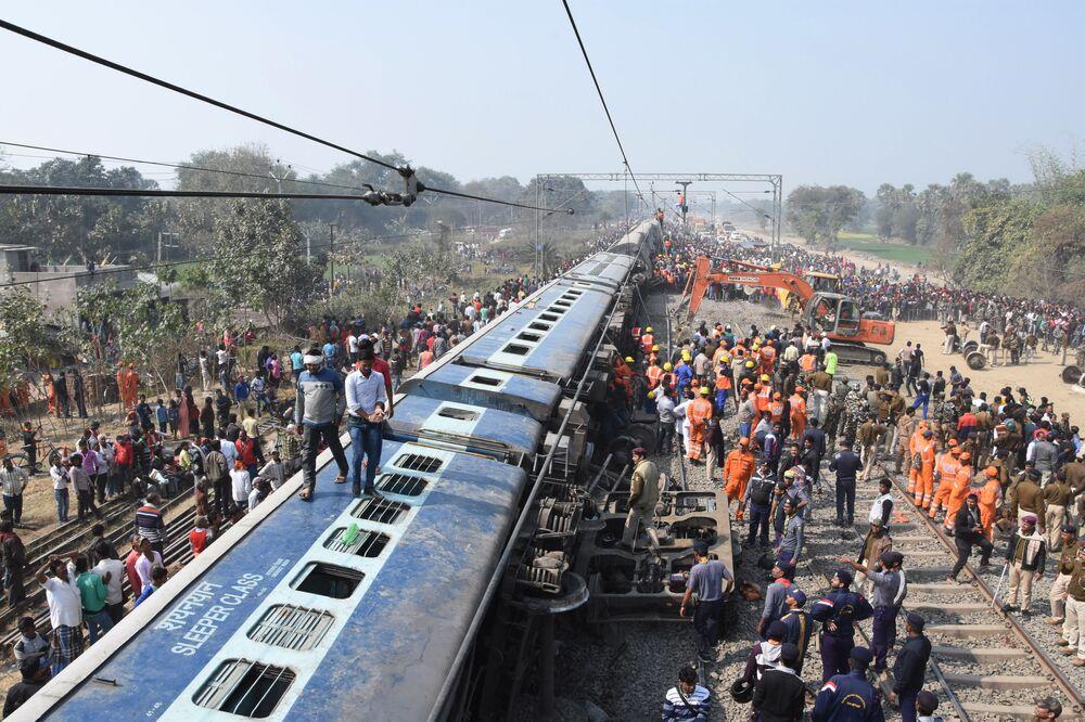 Pessoas e serviços de resgate de um trem descarrilado perto da cidade de Hadjipur, na Índia, 3 de fevereiro de 2019