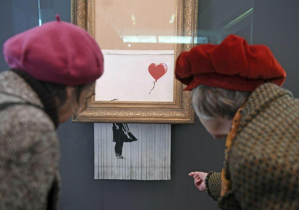 Pessoas obseravm pintura rasgada O amor está no lixo, de Banksy, no Museum Frieder Burda, localizado na cidade alemã de Baden-Baden, 5 de fevereiro de 2019