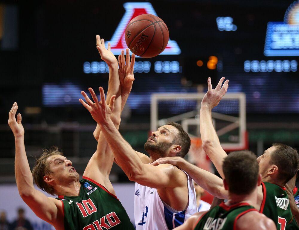 Jogadores de basquete competem durante campeonato europeu