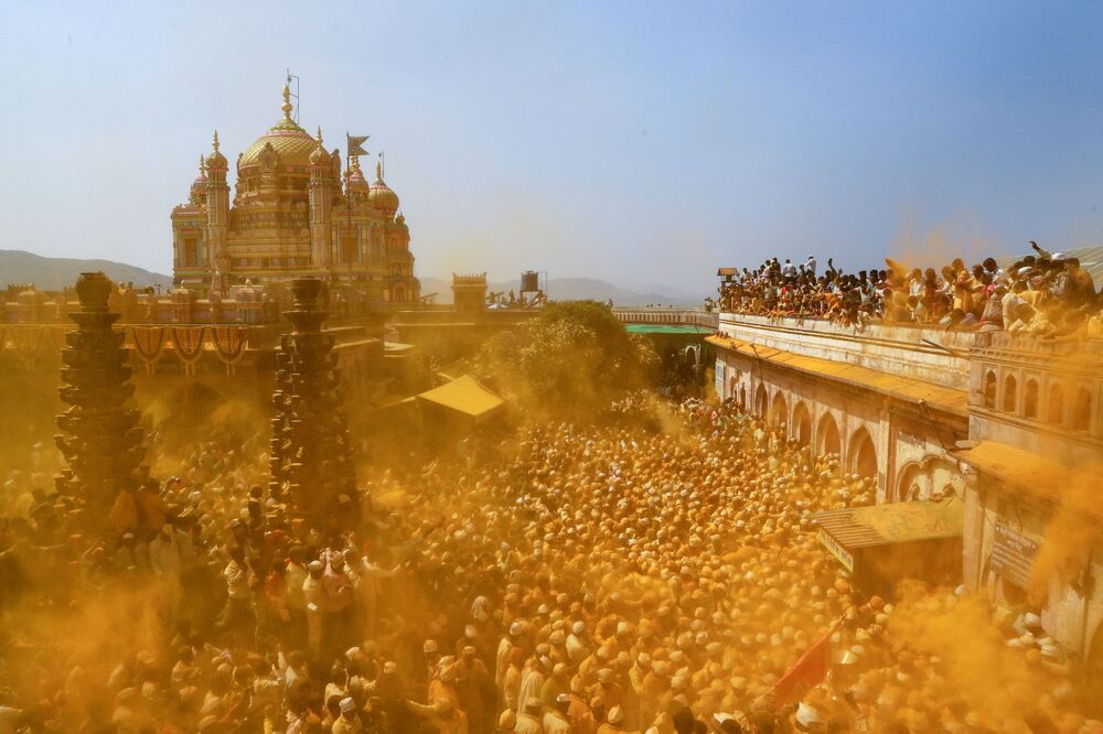 Devotos jogam açafrão em pó como oferenda durante celebração religiosa, na Índia, em 4 de fevereiro de 2019