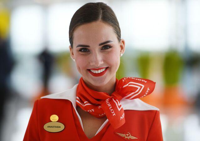 Aeromoça da companhia aérea russa Aeroflot Anastasiya Belousova no terminal do Aeroporto Internacional de Moscou Sheremetyevo