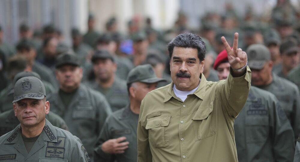 Presidente da Venezuela, Nicolás Maduro, faz sinal com as mãos depois de chegar à base militar de Forte Tiuna, em Caracas, Venezuela, 30 de janeiro de 2019