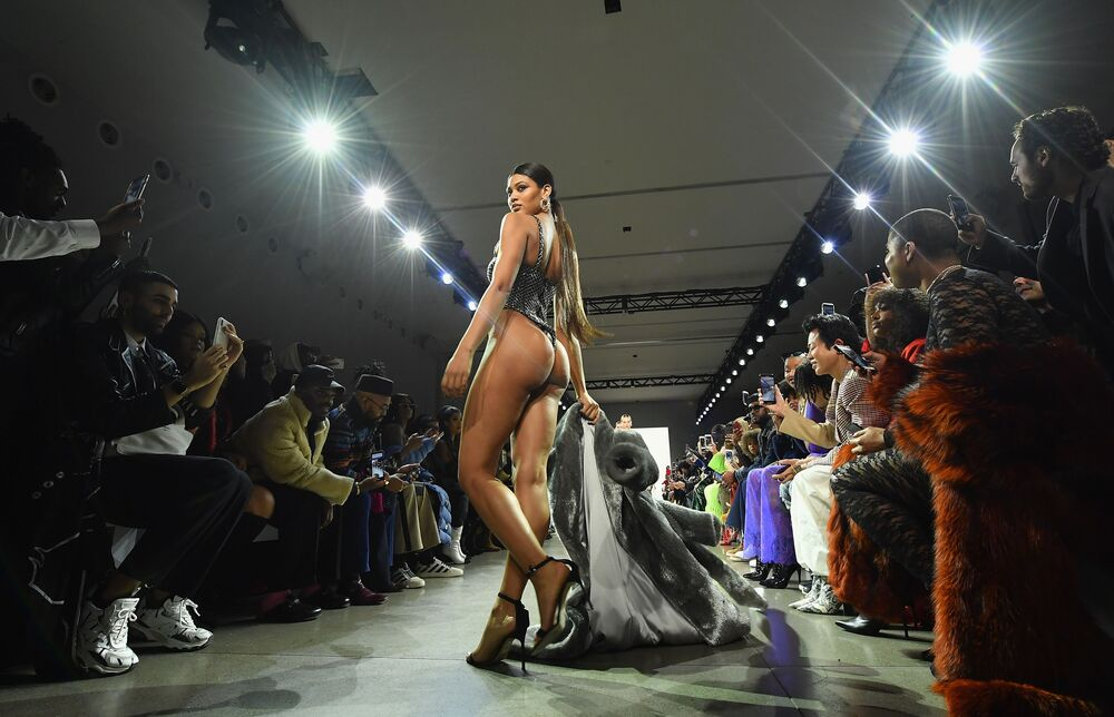 Modelo desfilando com roupa do designer americano LaQuan Smith no New York Fashion Week 2019, 10 de fevereiro