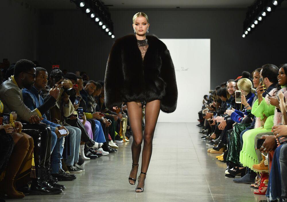 Casacos volumosos estão em alta na nova coleção de LaQuan Smith, exposta no New York Fashion Week 2019