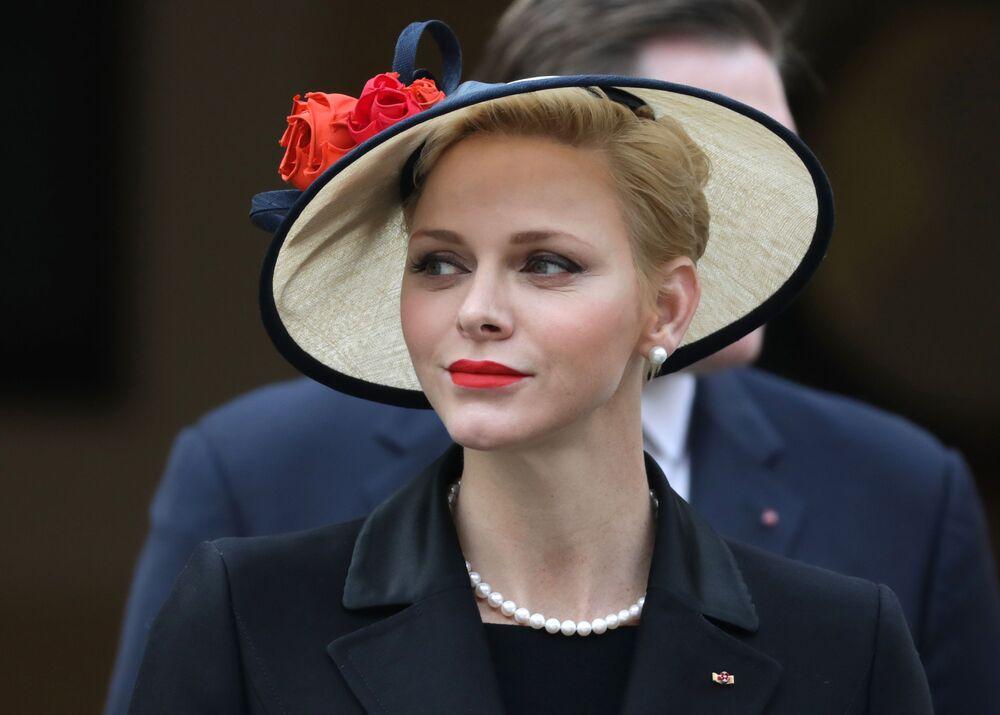 A esposa do príncipe Albert II de Mônaco, Charlene, nasceu em Rodésia do Sul (Zimbábue atual) em uma família de origem europeia. Antes do casamento, era nadadora profissional e até competiu em Jogos Olímpicos.