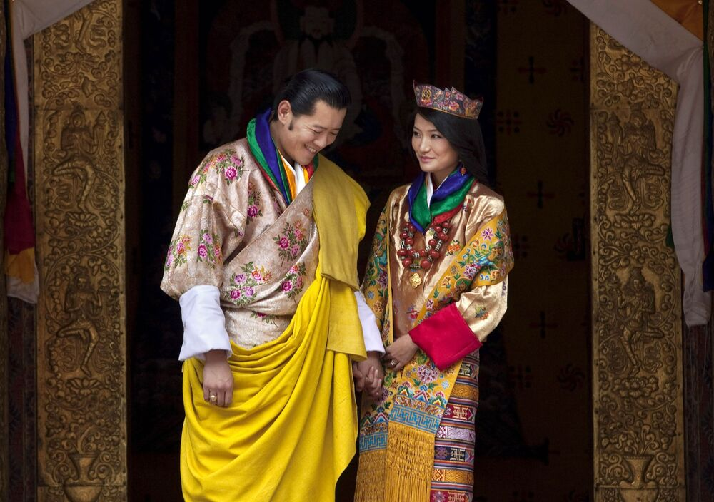 Rainha do Butão, Jetsun Pema Wangchuck, e seu marido, Jigme Khesar Namgyel Wangchuck, conhecidos como Catalina e Guillermo dos Himalaias, no dia do casamento em 2011