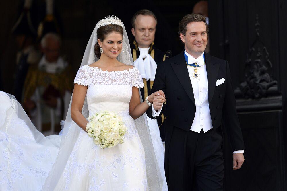 Princesa Magdalena da Suécia, a caçula do rei Carlos XVI da Suécia, saindo da igreja ao lado do empresário estadunidense e britânico Christopher O'Neill. Antes do casamento, ela se dedicava a equestre, ganhando medalhas internacionais. Agora o casal mora em Londres