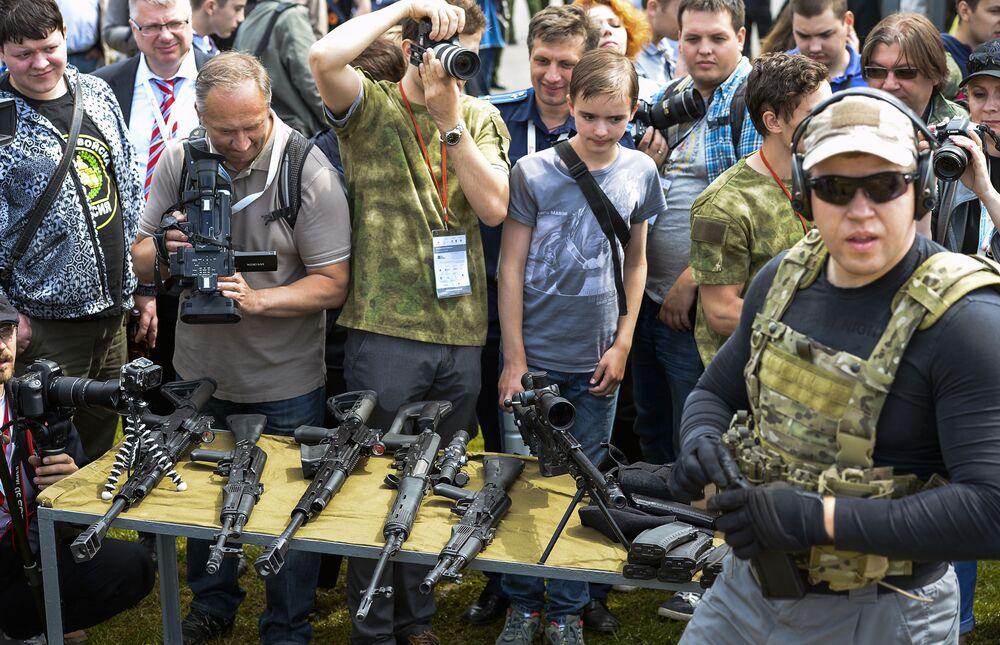 Demonstração de fuzis na exposição militar internacional Army 2015 em Kubinka, Rússia.