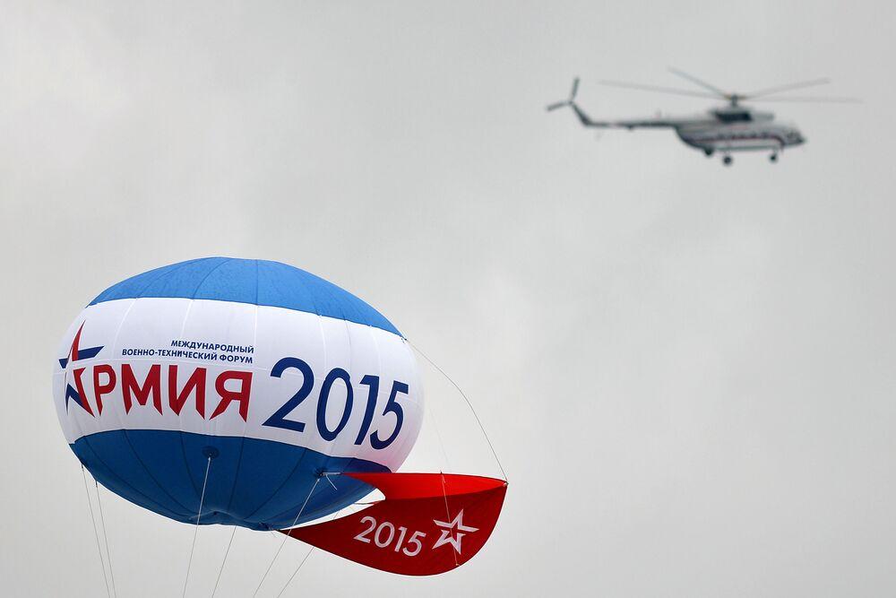 Logotipo Army 2015 no balão durante a cerimónia de abertura da exposição militar em Kubinka, Rússia.