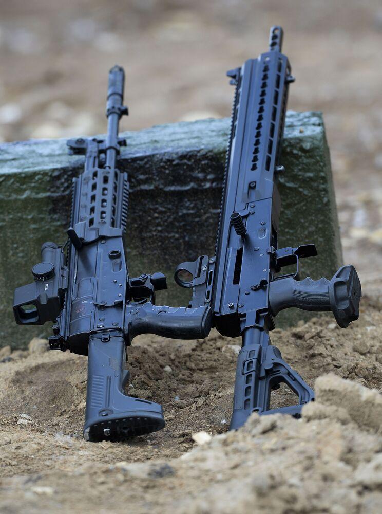 Fuzil de assalto AK-12 e carabina de cano liso Saiga-12 na exposição Army 2015 em Kubinka, Rússia.