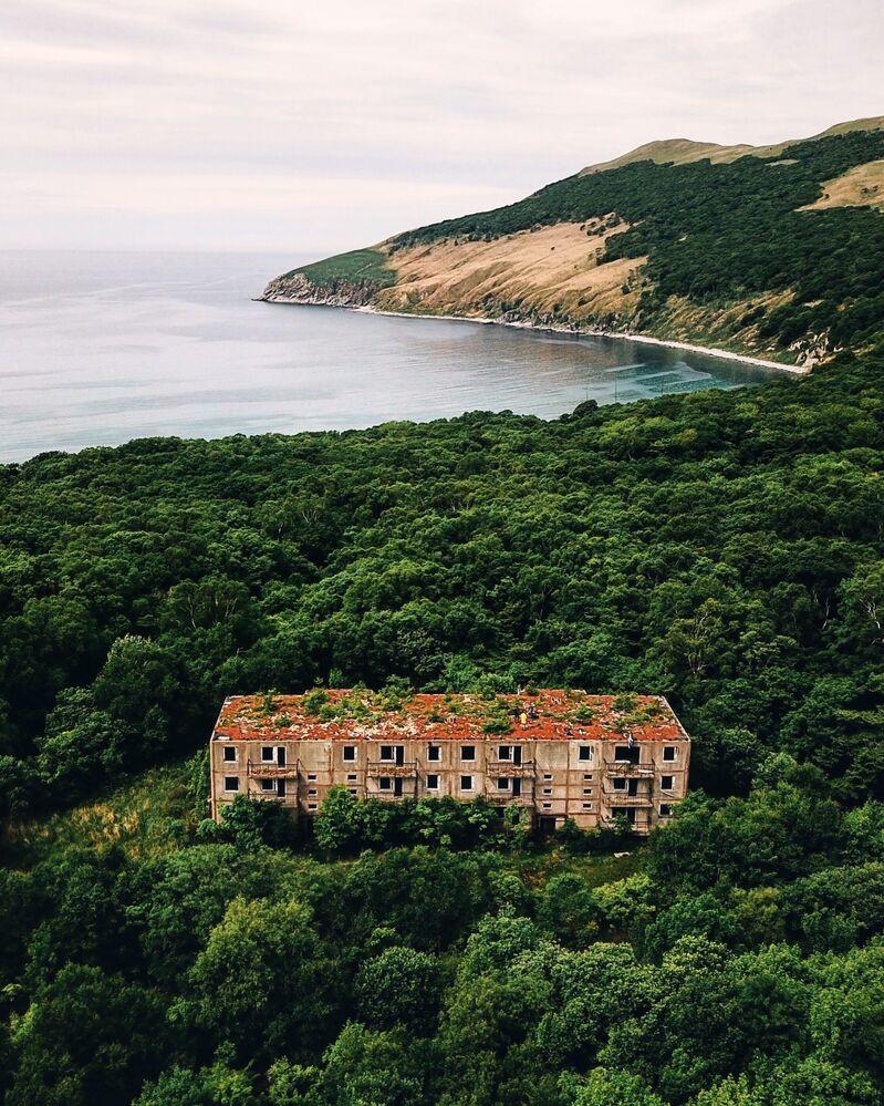Prédio residencial abandonado na ilha de Askold, Rússia