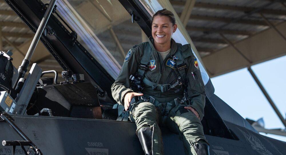 Zoe Kotnik, a primeira mulher-comandante do grupo de caças de demonstração F-16 Viper da Força Área dos EUA