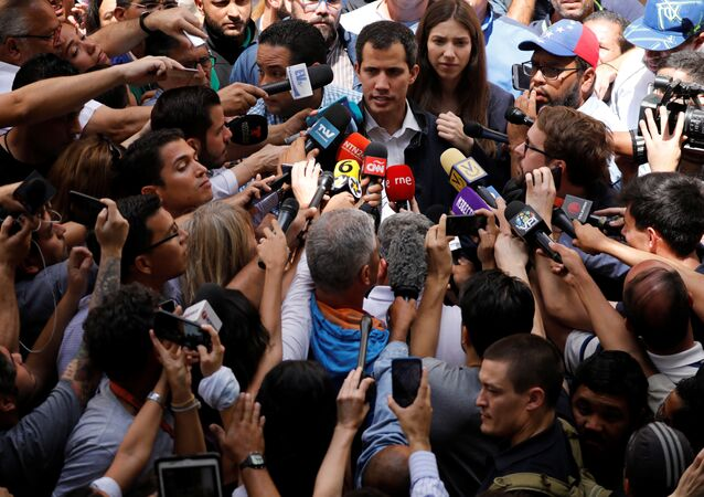 O líder da oposição venezuelana e autoproclamado presidente interino Juan Guaidó, acompanhado por sua esposa Fabiana Rosales, fala à imprensa depois de uma missa em uma igreja local em Caracas, Venezuela.
