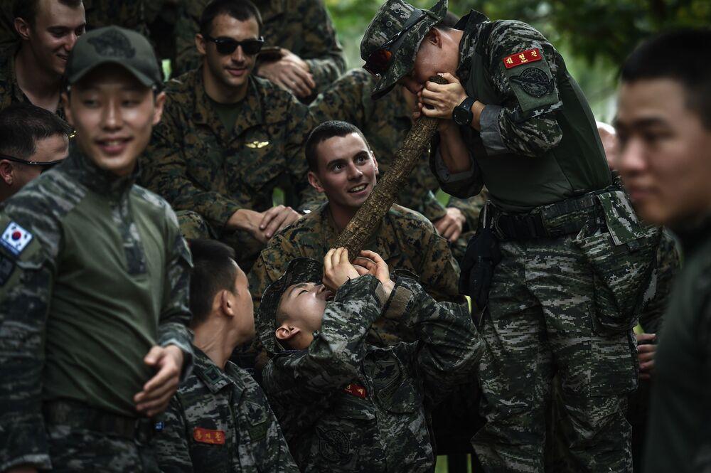 Fuzileiro naval da Coreia do Sul extrai água da videira na Tailândia