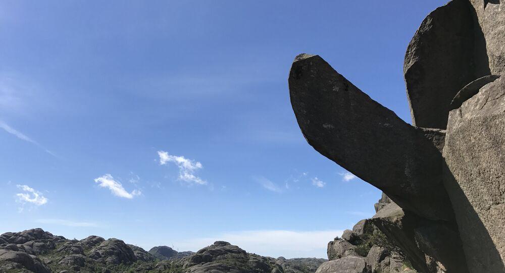 Formação rochosa de Trollpikken ('Pênis de Troll') antes de ter sido vandalizada em Egersund, no Noruega, em 17 de junho de 2017