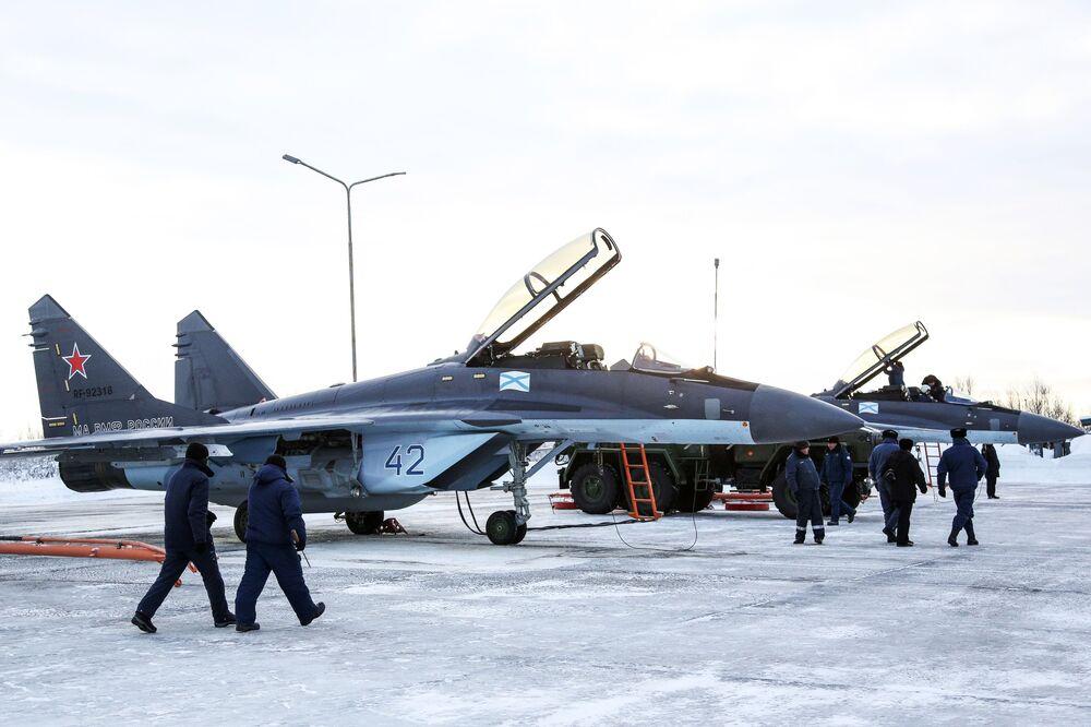 Caça multifuncional MiG-29K se preparando para subir ao céu
