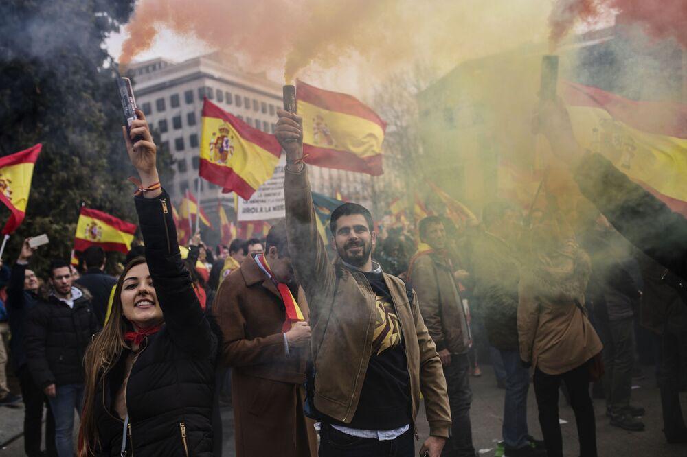 Participantes da manifestação pela união da Espanha se reuniram na Praça de Colombo, em Madrid, Espanha