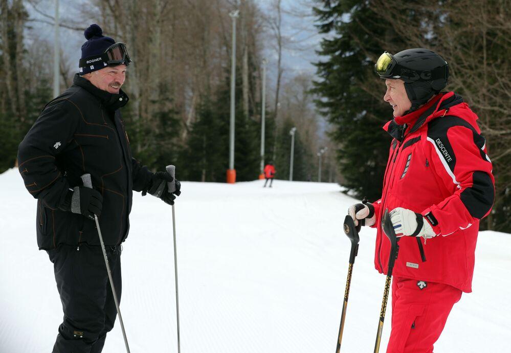 Presidentes russo Vladimir Putin (à direita) e bielorrusso Aleksandr Lukashenko (à esquerda) durante esqui, 13 de fevereiro de 2019