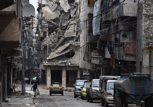 Carros estacionados em rua de Aleppo, norte da Síria