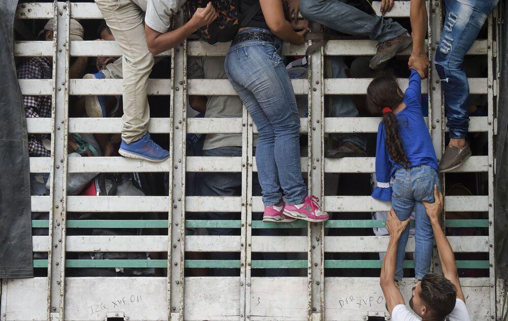 Migrantes venezuelanos sobem em caminhão na estrada de Cucuta para Pamplona, na Colômbia, em 10 de fevereiro de 2019