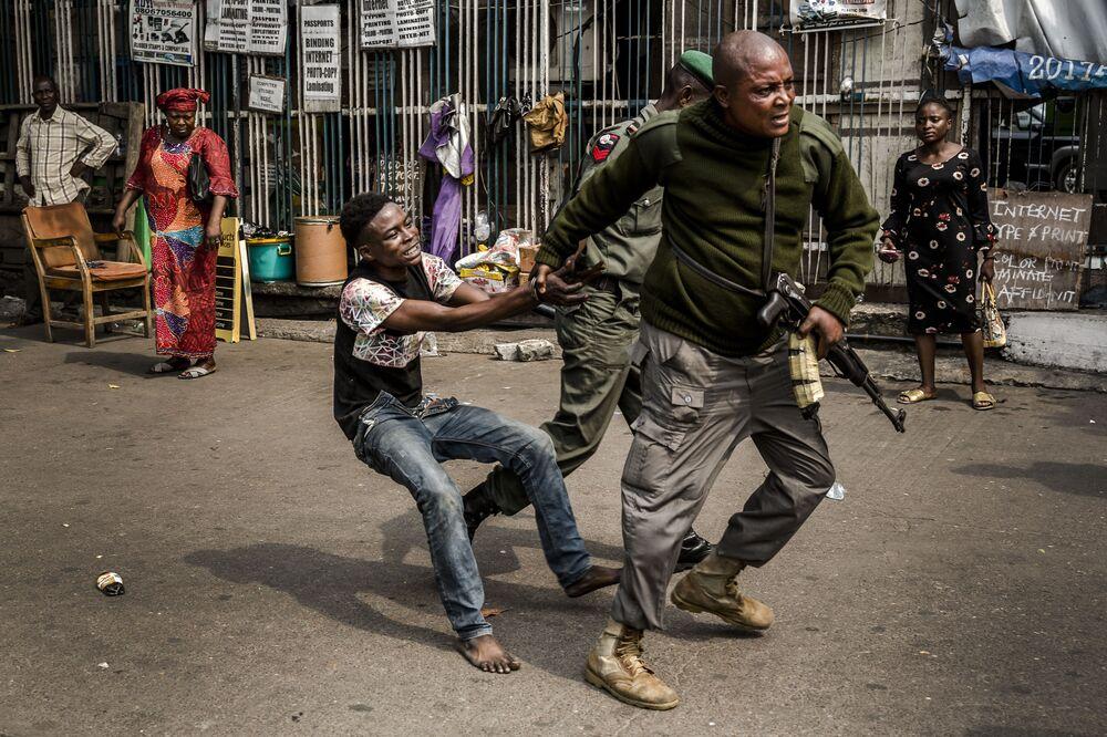 Polícia detém suposto ladrão na Praça Tafawa Balewa, em Lagos, Nigéria, 12 de fevereiro de 2019