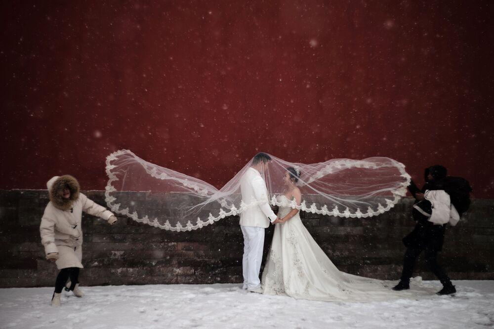Casal durante sessão fotográfica de casamento em Pequim, China, 12 de fevereiro de 2019