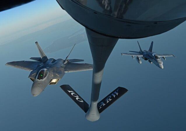 F-22 Raptor, da Força Aérea dos EUA, e F/A-18 Hornet, da Força Aérea finlandesa, voam atrás de um Stratotanker americano durante treinamento na costa da Finlândia, 19 de outubro de 2018