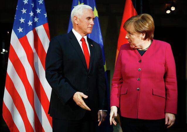 A chanceler alemã Angela Merkel e o vice-presidente dos EUA Mike Pence na Conferência de Segurança de Munique.