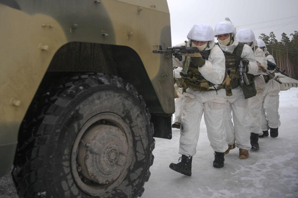 Militares durante fase final dos exercícios táticos no polígono de Dubrovka, Rússia.
