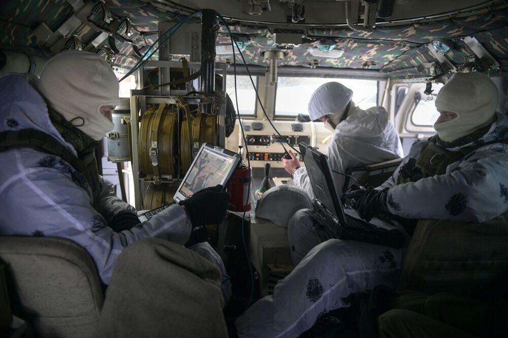 Militares das forças especiais operam drone Tachyon-3 durante exercícios táticos