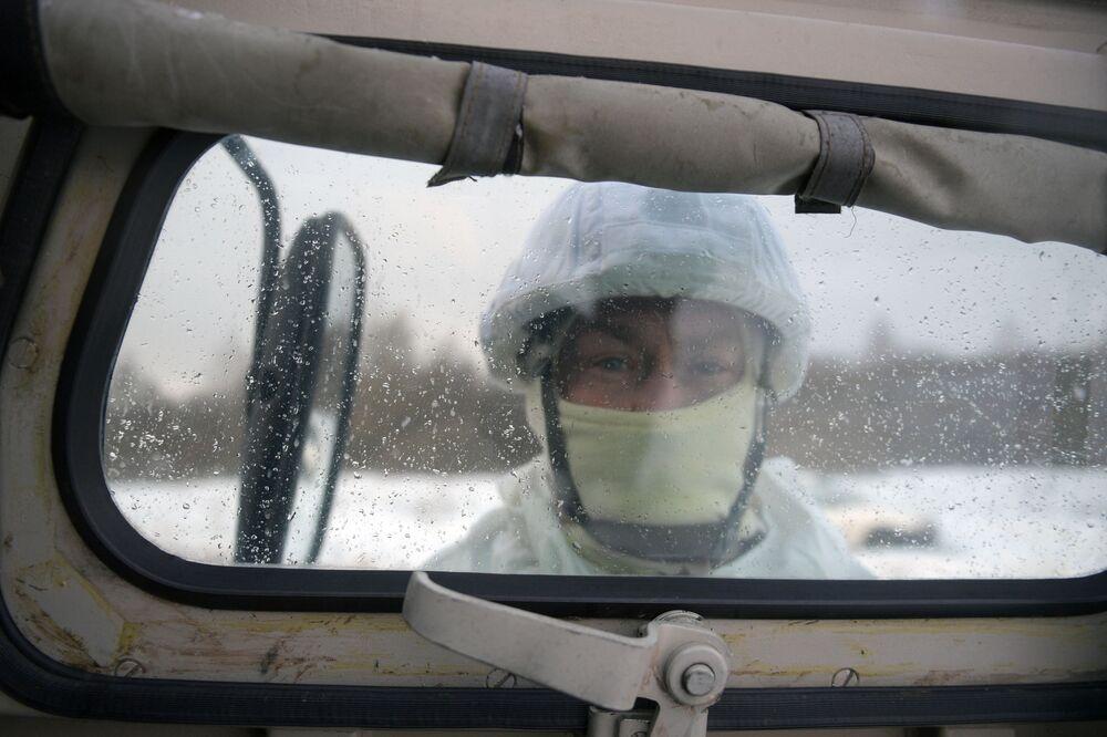 Militar das forças especiais durante exercícios táticos no polígono de Dubrovka, Rússia