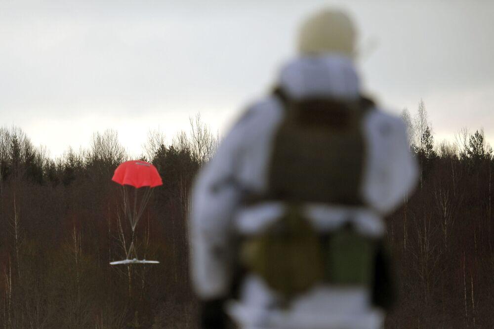 Militar das forças especiais observa drone Tachyon-3 durante exercícios táticos