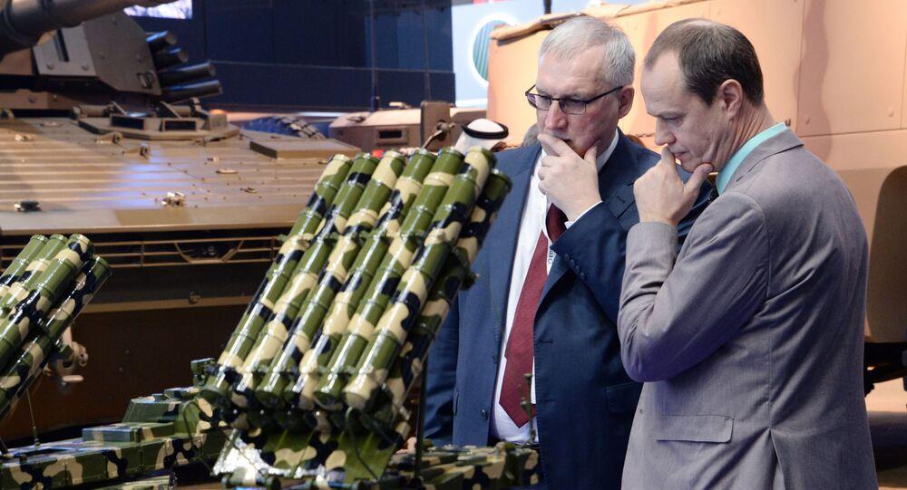 Visitantes observam equipamentos militares da empresa Almaz-Antey