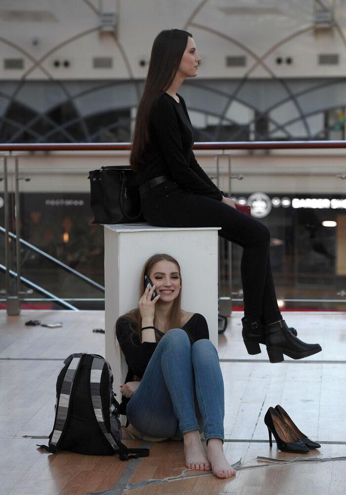Garotas esperam o início do casting aberto do concurso