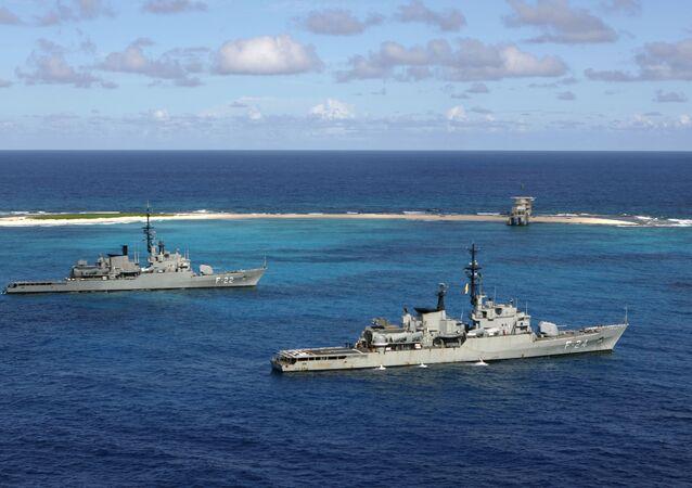 Navios de guerra da Marinha venezuelana General Soublette e Admirante Brion ancoram em Isla de Aves