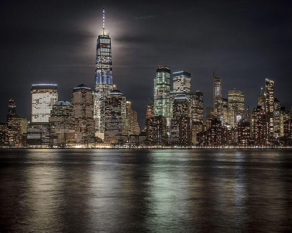 Superlua ilumina o céu de Nova York ao se esconder atrás de arranha-céu, em 19 de fevereiro de 2019