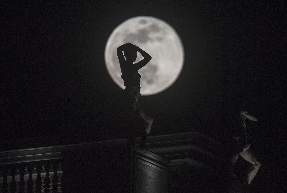 Lua maior do ano é vista atrás de uma escultura na capital da Macedônia, Skopje