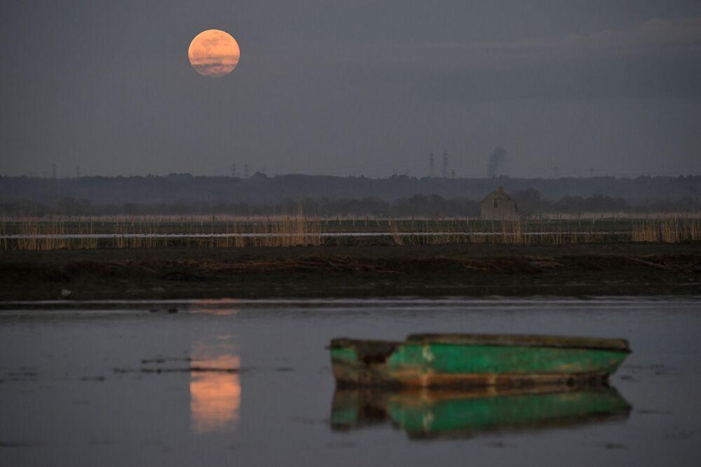 Superlua levanta acima do rio Loire em Lavau-sur-Loire, no oeste da França