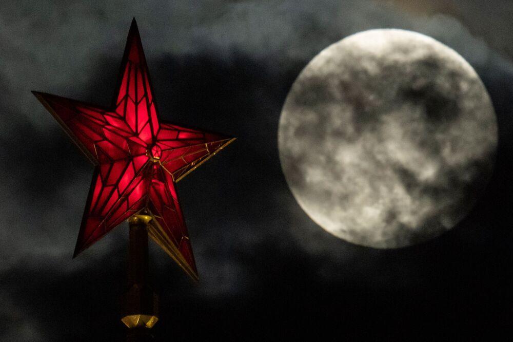 Superlua ao lado da estrela do Kremlin, no centro de Moscou