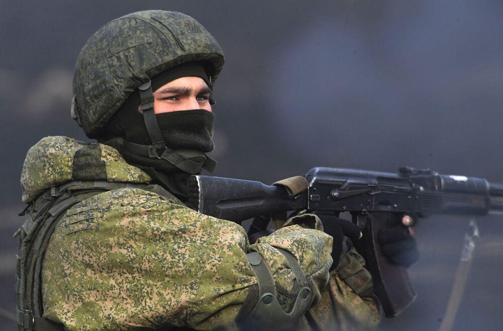 Soldado russo da 83ª Brigada de Assalto de Paraquedistas segurando a arma durante as manobras táticas realizadas na região de Primorie, na Rússia