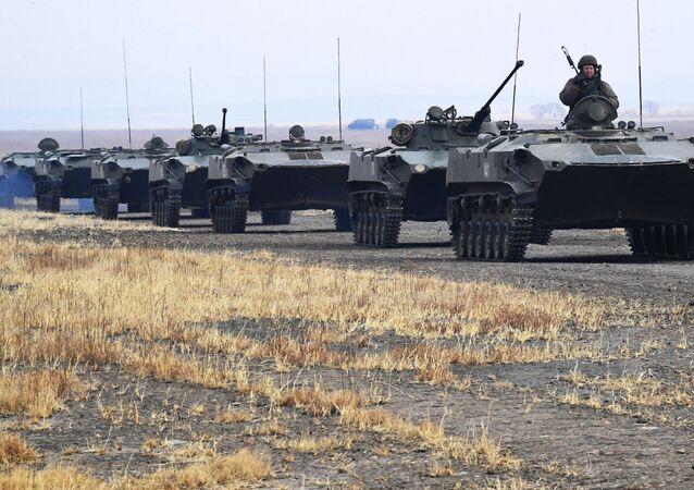 Tanques de guerra dirigidos por militares da 83ª Brigada de Assalto de Paraquedistas da Rússia durante treinamento tático no território russo de Primorie