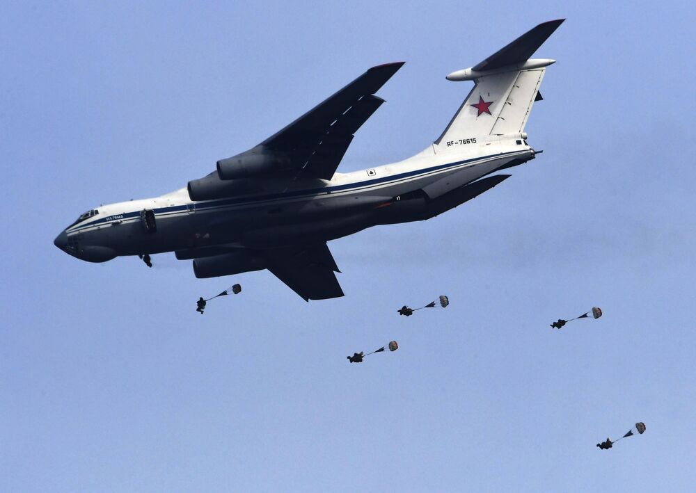 Militares russos saltando de paraquedas de um avião Il-76MD durante exercício tático de demonstração da 83ª Brigada de Assalto de Paraquedistas, na região de Primorie (Rússia)
