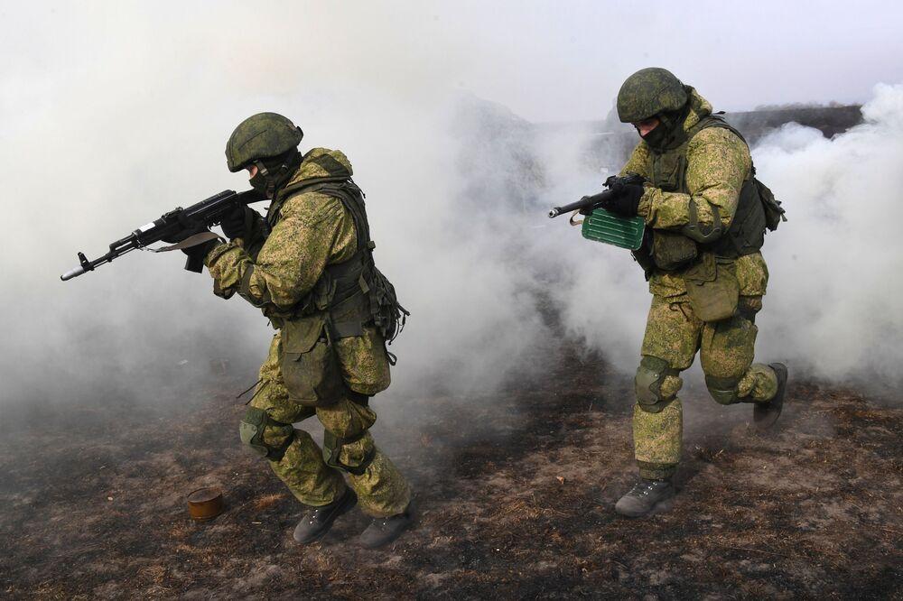 Em meio a exercícios táticos, soldados russos da 83ª Brigada de Assalto de Paraquedistas demonstram seu poder de fogo em Primorie, na Rússia