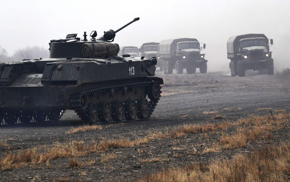 Equipamento militar da 83ª Brigada de Assalto de Paraquedistas da Rússia durante manobras táticas no território russo de Primorie