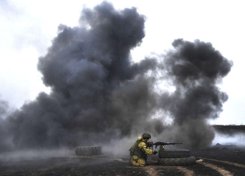 Fumaça densa se forma durante treinamentos militares de demonstração de fogo da 83ª Brigada de Assalto de Paraquedistas, na região russa de Primorie